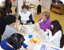 Am Tisch sitzende Personen beim Vesper