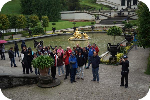 Gruppenhoto im Hof des Schloss Linderhof